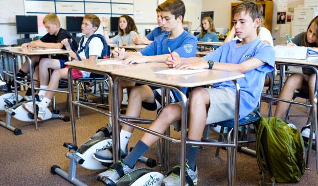 pedales-debajo-pupitres-colegio-2