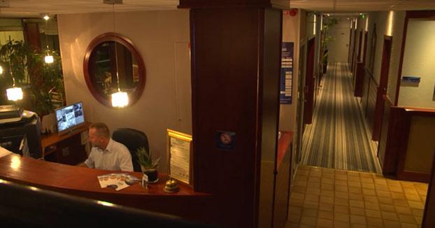 Rémi Gaillard pegando un susto de muerte en un hotel