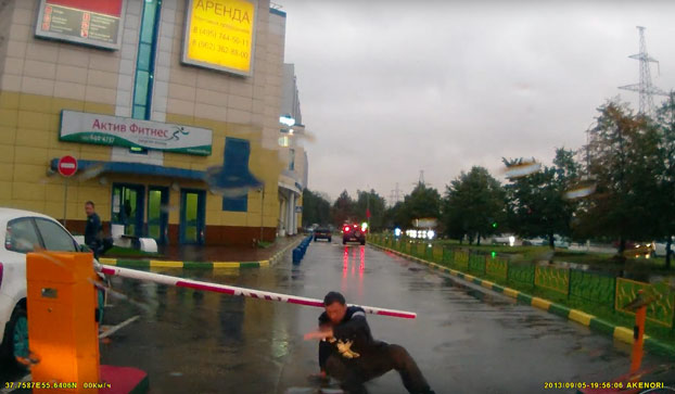 Ruso borracho contra una barrera de acceso