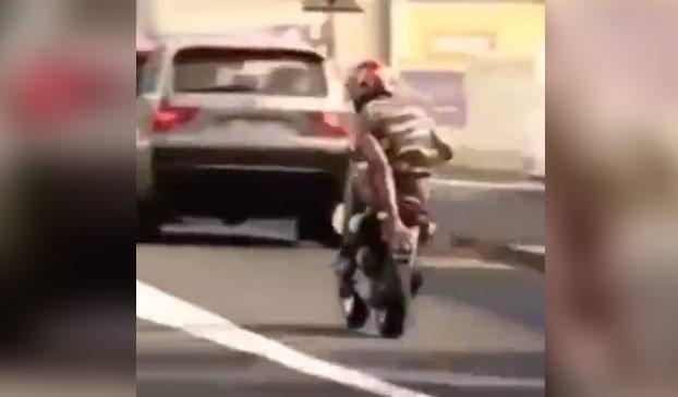 Tapa la matrícula de su moto con la mano al pasar por delante de los policías y acaba de la siguiente manera...
