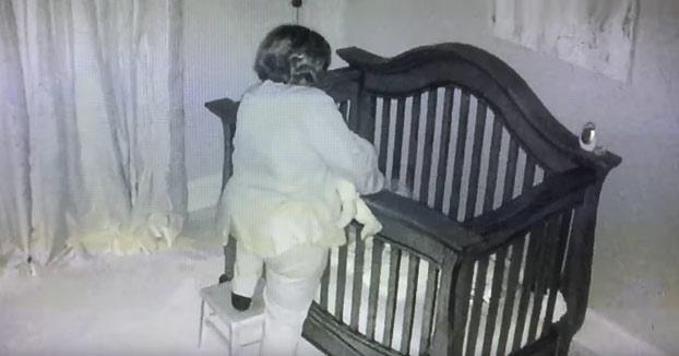 La abuela metiendo al niño en la cuna con sumo cuidado para no despertarlo