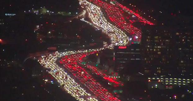 Gigantesco atasco en la autopista 405 de Los Ángeles. Vídeo desde helicóptero