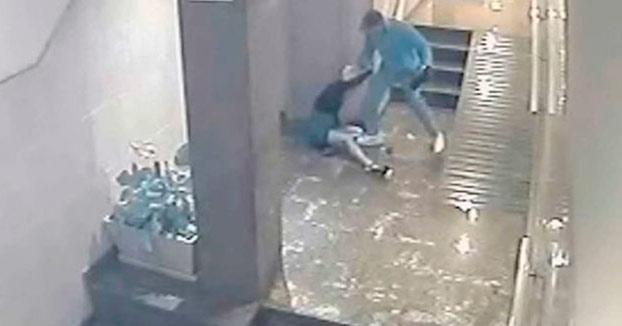 Brutal paliza de un hombre a su pareja en el portal de su casa en Alicante. La Guardia Civil ha difundido las imágenes
