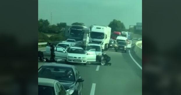 Chavales graban desde un autobús como los Mossos d'Esquadra detienen a tres hombres en plena autopista