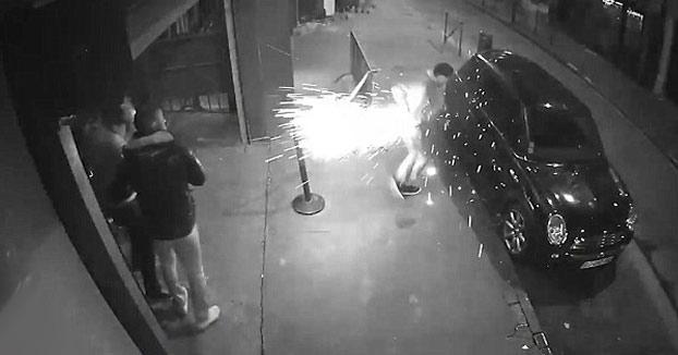 Al dueño de un club nocturno le explota un cigarrillo electrónico en el bolsillo cuando estaba fuera del local