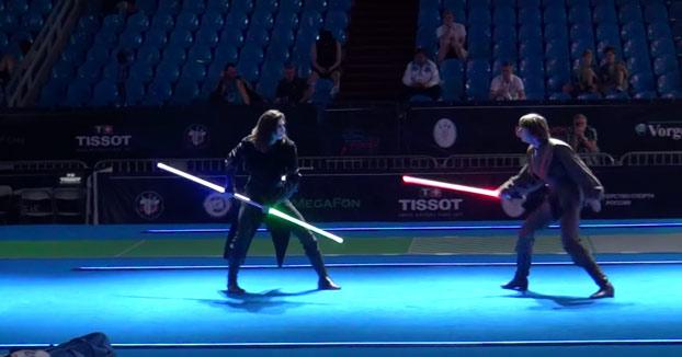 Duelo de esgrima con sables láser de Star Wars
