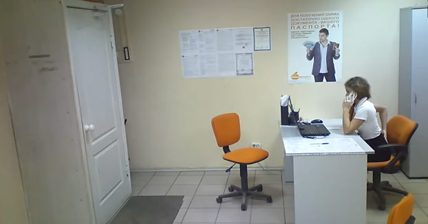 Entra a robar a una oficina de microfinanzas y la empleada le planta cara al ladrón
