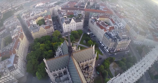 Escalando la Iglesia Votiva de Viena sin ningún tipo de protección
