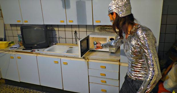 ¿Qué pasa si abres un microondas encendido? Estos dos rusos lo comprueban con bombillas, CDs y móviles