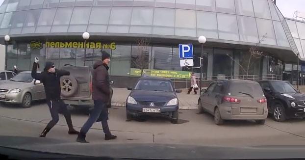Nunca intentes robar a un ruso, no se va a dejar por mucho que le golpees
