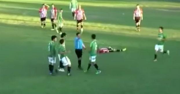 Un jugador de fútbol mata a un árbitro de un puñetazo y se da a la fuga (Vídeo)
