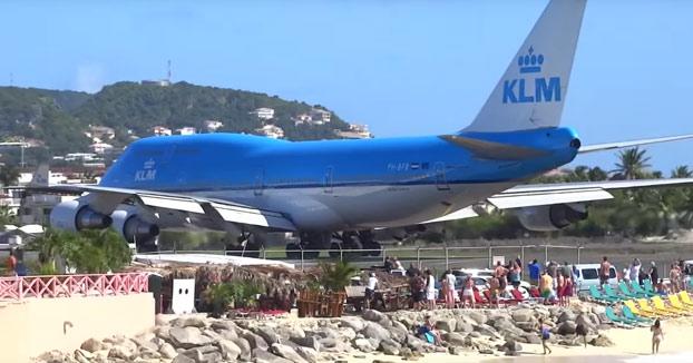 Un Jumbo de KLM arrastrando a decenas de bañistas en su despegue en Maho Beach (Vídeo)