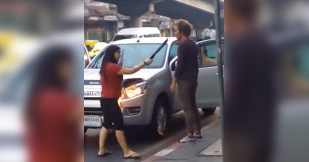 Una mujer furiosa se lleva a su marido a casa a punta de machete (Vídeo)