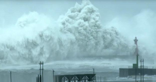 Olas estrellándose en la costa de Taiwán durante el tifón Megi