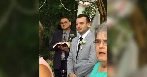 La reacción de este novio al ver llegar a su futura esposa al altar