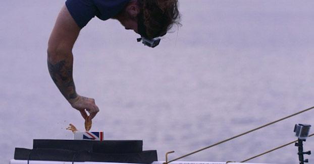 Este hombre tiene el Guinness de salto desde 70 metros para mojar una galleta en una taza de té