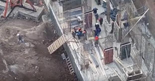 Trabajador accidentado en una obra. Entre varios compañeros lo llevan hasta la ambulancia