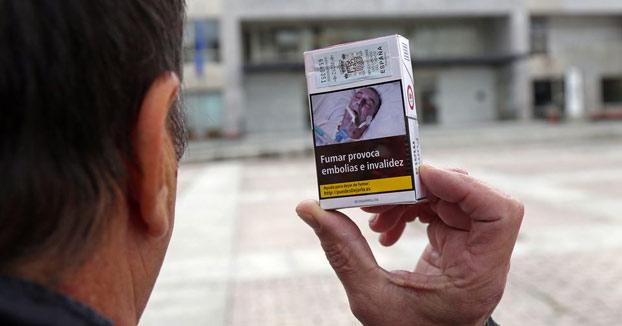 Un vecino de A Coruña denuncia que utilizan su imagen tras una operación en los paquetes de tabaco