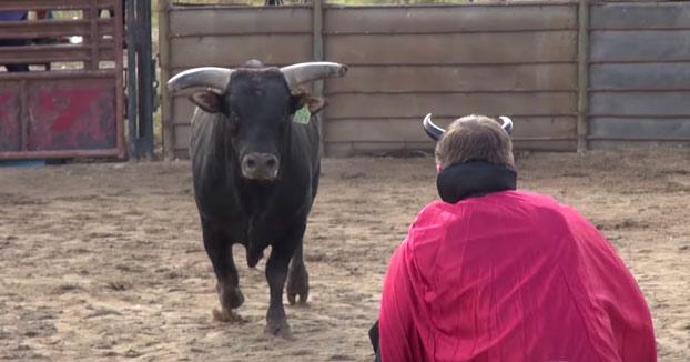 El youtuber Vitaly le planta cara a un toro disfrazado de demonio y acaba con la mandíbula rota