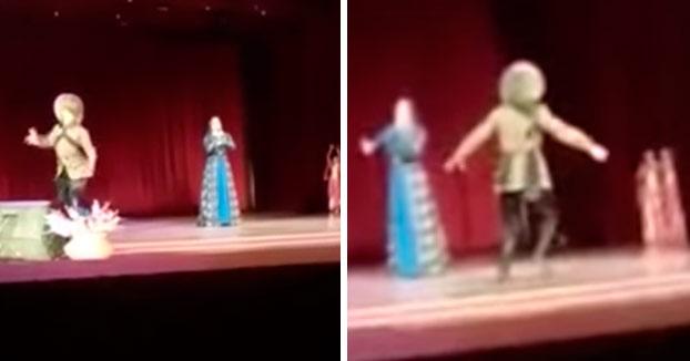 Un bailarín colapsa y muere en el escenario y el público comienza a aplaudir pensando que es parte del show