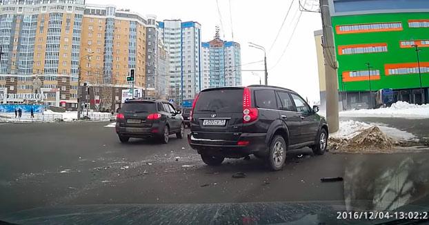 Cinco chavales chocan con su coche contra otro vehículo y así es como reaccionan...