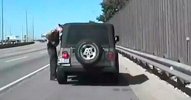 Un policía paró a un coche a un lado de la carretera cuando de repente...