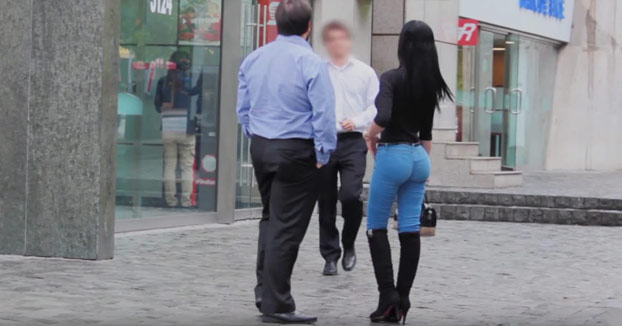 Así reaccionan los hombres cuando una mujer atractiva les pide dinero en la calle