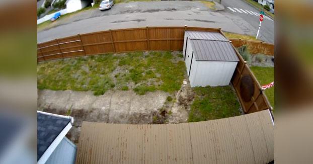 Le jode la valla a un vecino al hacer un cambio de sentido e intenta largarse como si nada...