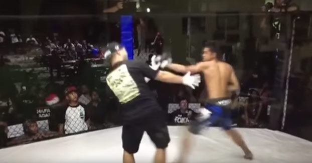 Un luchador aturdido descarga toda su furia contra el árbitro