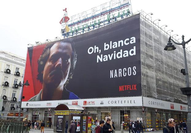 Una mujer indignadísima por el cartel de felicitación navideña de 'Narcos' en plena Puerta del Sol de Madrid
