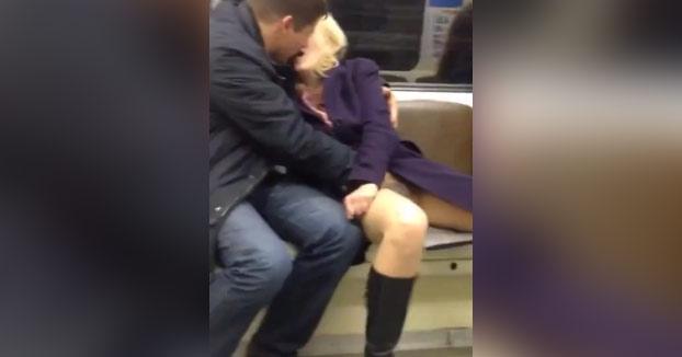 En el metro unos van leyendo, otros con el móvil y en cambio otros...
