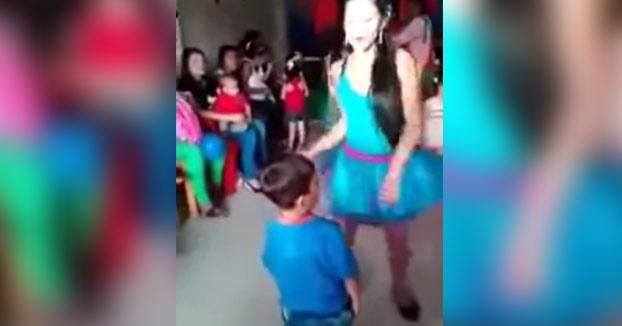 El vergonzoso show de estas animadoras en cumpleaños para niños