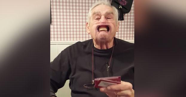 Familia jugando al juego Speak Out. Llega el turno del abuelo de 88 años...