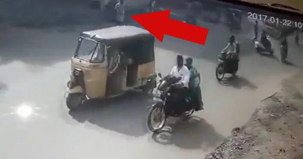 Muere en un extraño accidente cuando estaba cruzando la calle