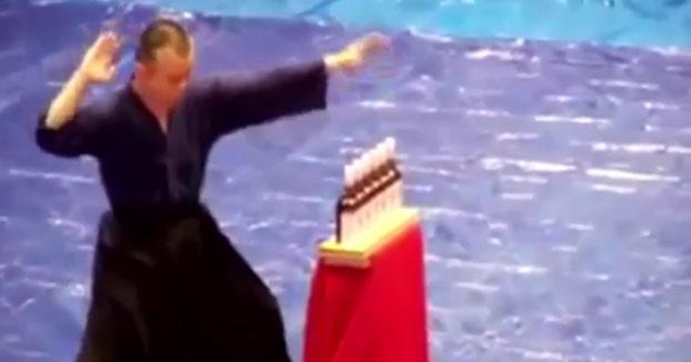 Así es como abre el vino este maestro de Kung Fu