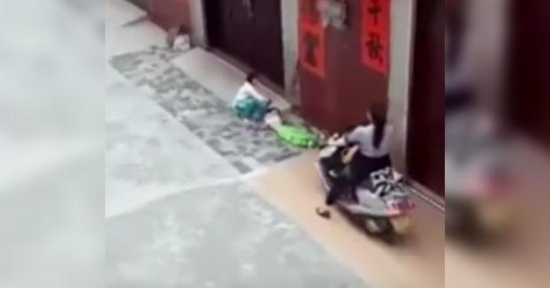 Una mujer atropella varias veces consecutivas a su nieta de seis años para ''asustarla y que se fuera a casa''
