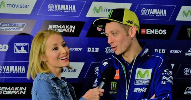 Déborah Serendipity, reportera de Canal Sur, le pregunta a Rossi si podría ser la madre de sus hijos (Vídeo)