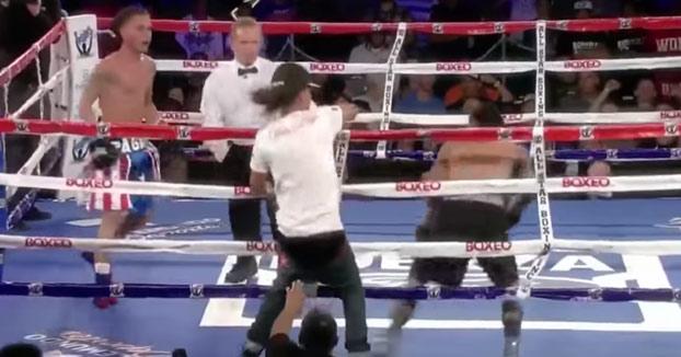 Un aficionado salta en pleno combate de boxeo para salvarle del KO