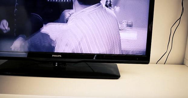 Apagando una televisión con un papel y un mechero