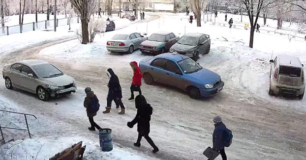 Aparca en una curva un día nevado y todos los coches chocan contra él