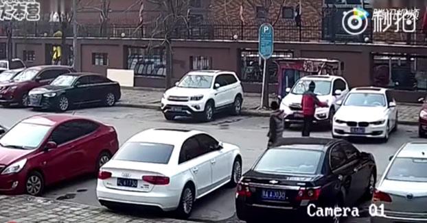 Cuando tienes un coche nuevo e intentas aparcarlo para no rayarlo