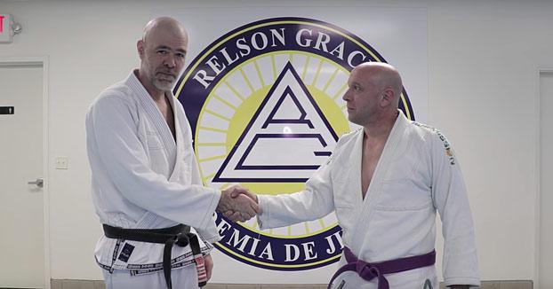 Profesor de artes marciales te enseña a defenderte del saludo casi mortal de Donald Trump