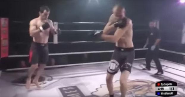 Gran deportividad la de este luchador al darse cuenta de que a su rival se le ha dislocado el hombro