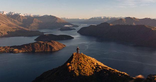 Este fotógrafo viaja por Nueva Zelanda con un disfraz de Gandalf y sus fotos son épicas