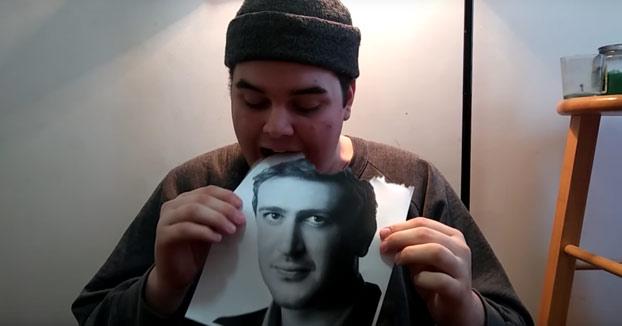 Promete comerse una foto diaria del actor Jason Segel hasta que él se coma una suya