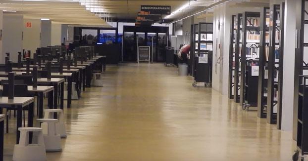 No son las rebajas, son estudiantes intentado coger el mejor sitio de la biblioteca