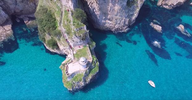 Faro del Caballo a vista de drone: Un precioso faro a los pies de un acantilado en Santoña, Cantabria