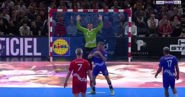 Épico gol de Grégory Anquetil en un partido de balonmano. Necesitarás la repetición para verlo