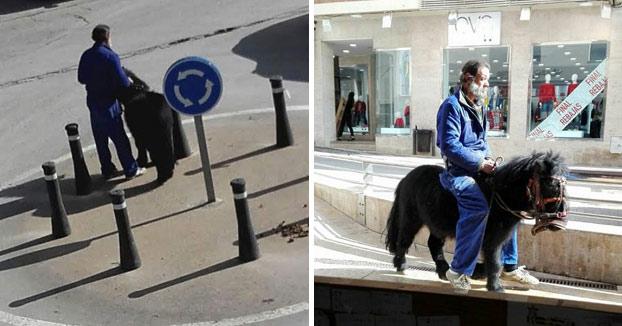 Un hombre ata a su poni en una rotonda de Valdepeñas para irse de bares y regresa a casa montado en él