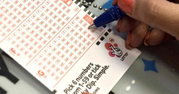 Tras ganar la lotería, se divorcia y se casa con una joven que huye con parte del dinero